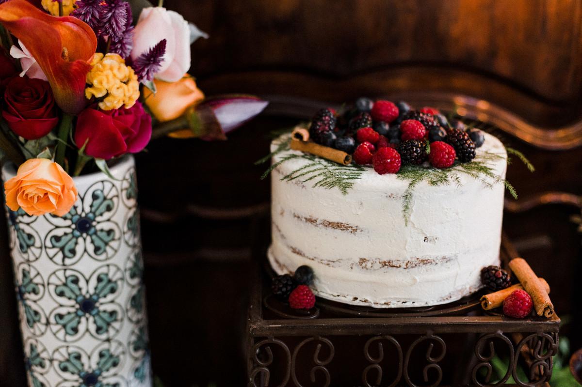 Detalhes da mesa do bolo.  Foto feita pelo fotógrafo de casamento Gabriel Pelaquim.