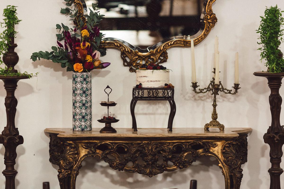 Decoração da mesa do bolo do editorial. Foto feita pelo fotógrafo de casamento Gabriel Pelaquim.