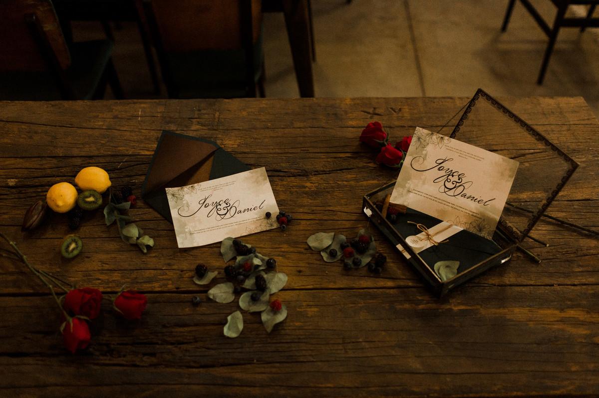 Decoração da mesa com os convites. Foto feita pelo fotógrafo de casamento Gabriel Pelaquim.