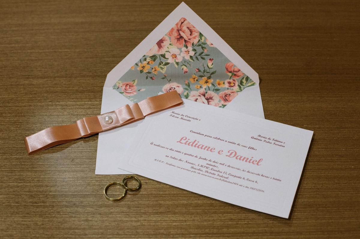 Convite e anel do casamento