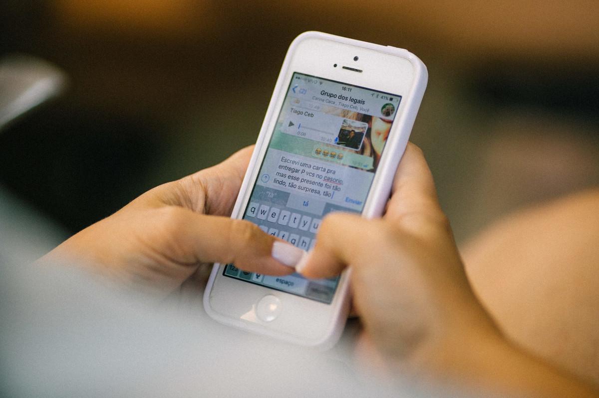 Noiva mandando mensagem em grupo de whatsapp