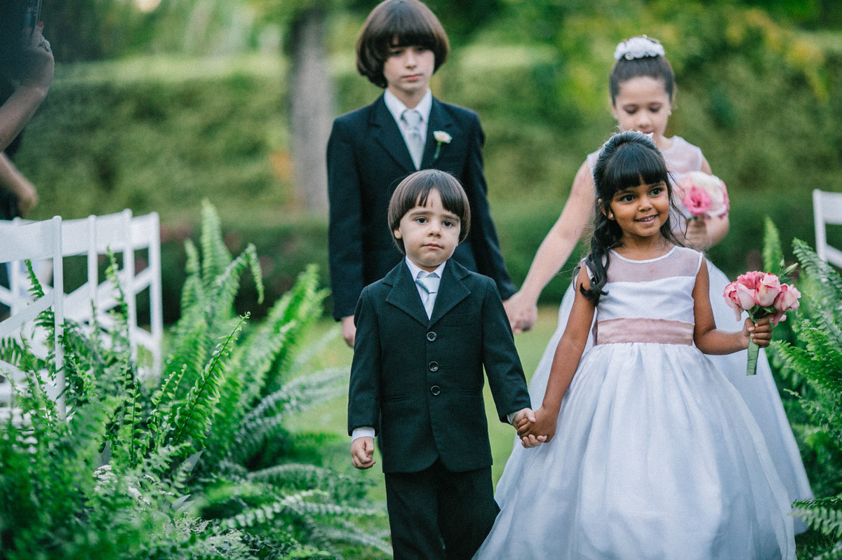 Entrada de casais kids no casamento realizado na mansão solar de novaes