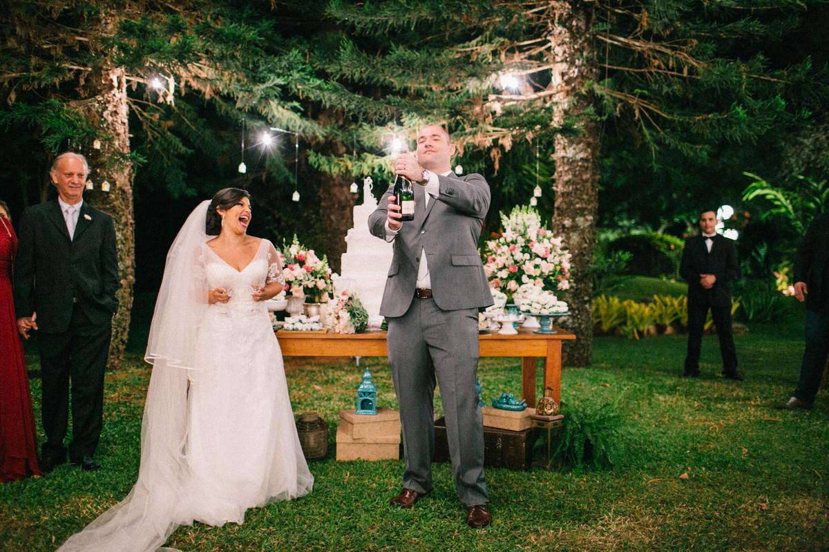 Brinde do Casal no Casamento do Casal Lidiane e Daniel realizado na mansão solar de novaes em Brasília