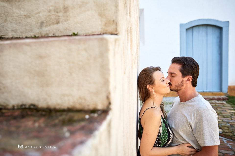casal abraçado se beijando
