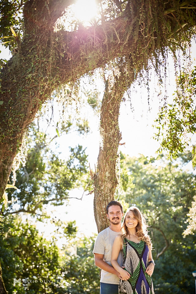 casal abraçado sorrindo em baixo de uma árvore