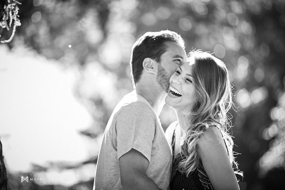 casal abraçado se beijando e sorrindo