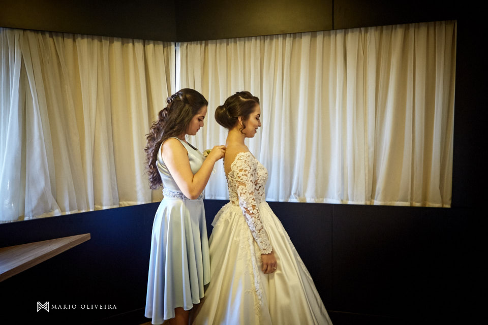making of da noiva no hotel cambirela irmã da noiva ajudando com o vestido