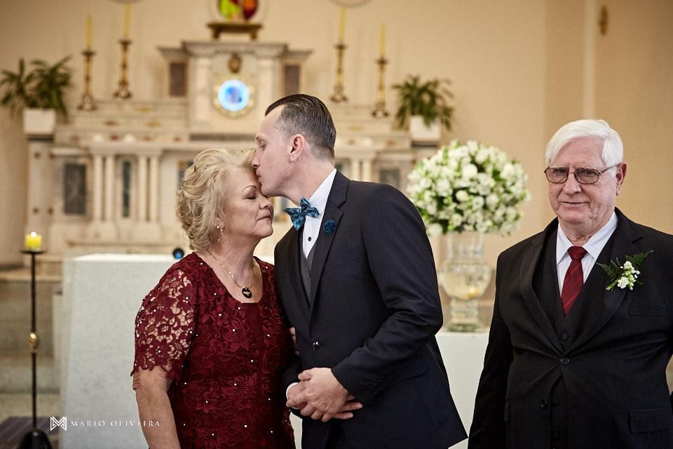casamento na igreja nossa senhora de fatima entrada do noivo noivo beijando a mãe