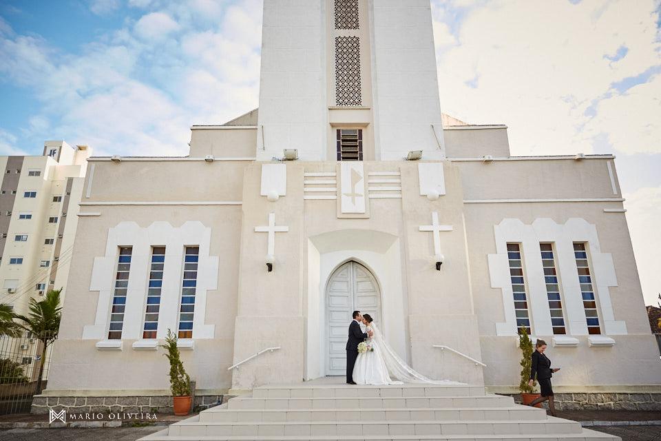 casamento na igreja nossa senhora de fatima entrada da noiva com o pai em frente a igreja