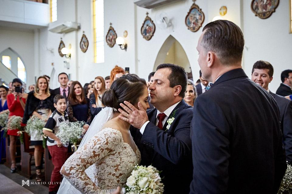 casamento na igreja nossa senhora de fatima entrada da noiva com o pai, pai da noiva beijando na testa