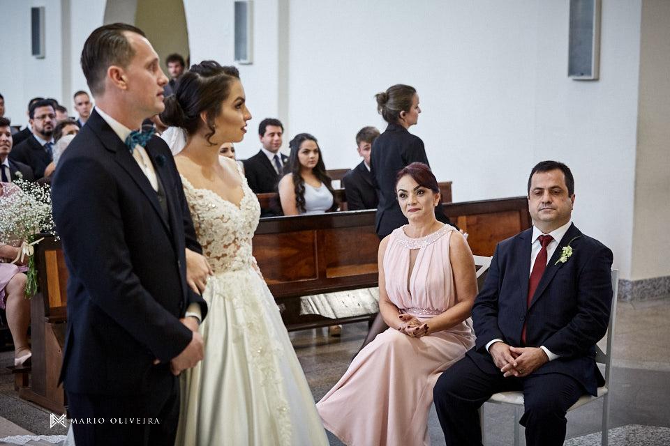 casamento na igreja nossa senhora de fatima casal no altar, pais da noiva sentados