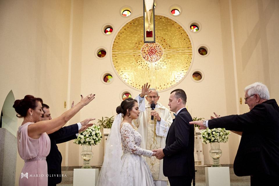 casamento na igreja nossa senhora de fatima casal no altar, benção dos pais