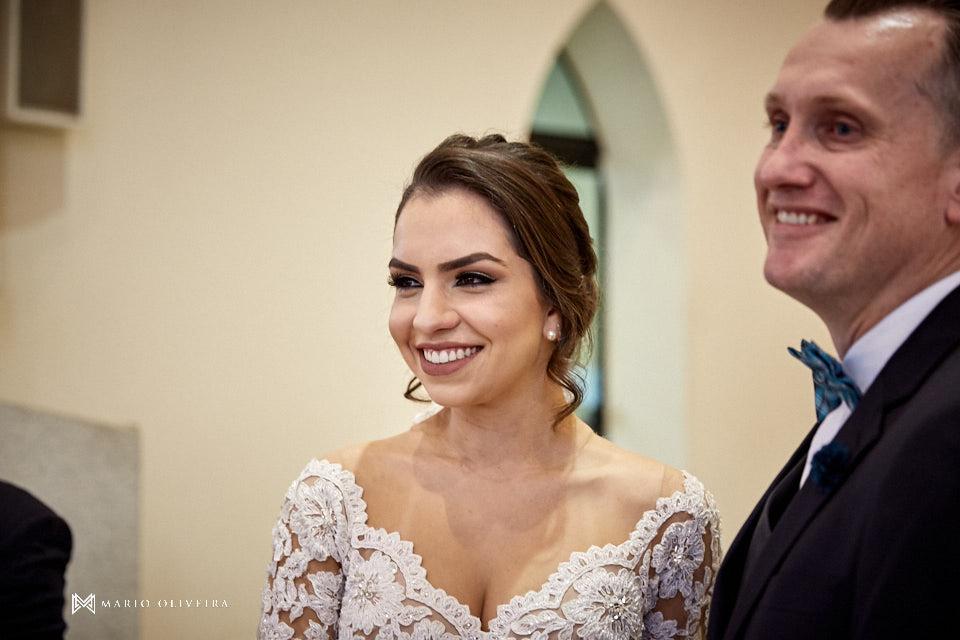 casamento na igreja nossa senhora de fatima casal no altar sorirndo