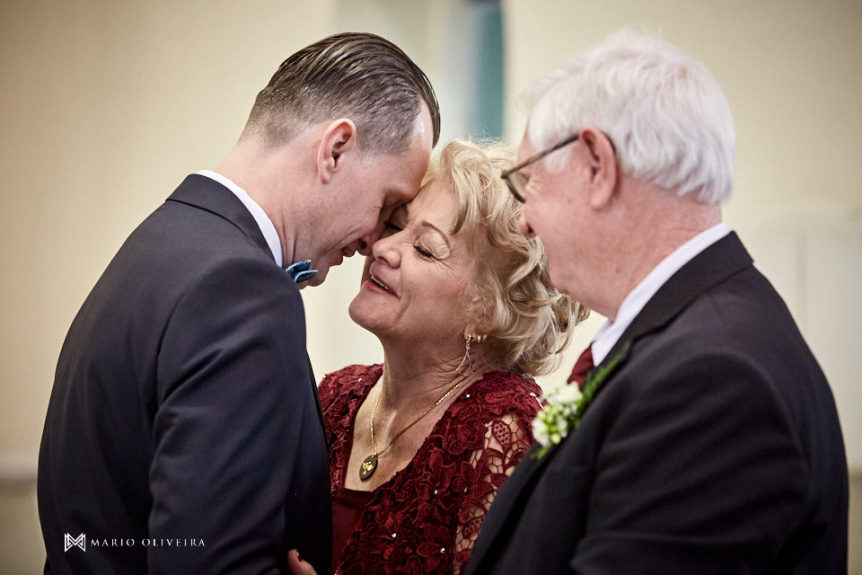 casamento na igreja nossa senhora de fatima, noivo beijando a mãe