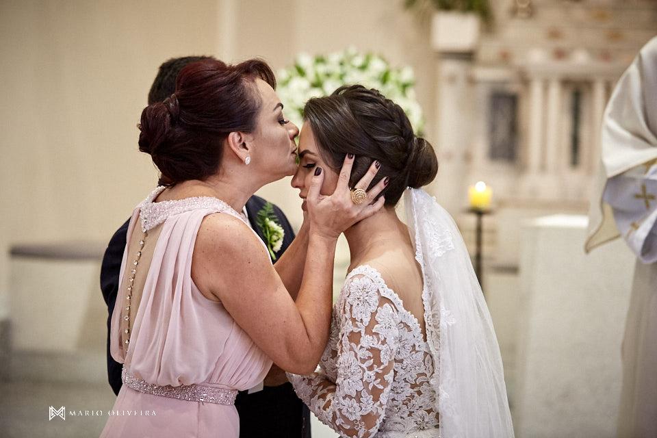 casamento na igreja nossa senhora de fatima, noiva beijando a mãe