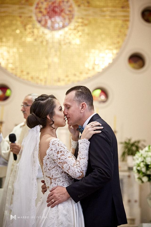 casamento na igreja nossa senhora de fatima, noivo beijando a noiva, beijo no altar