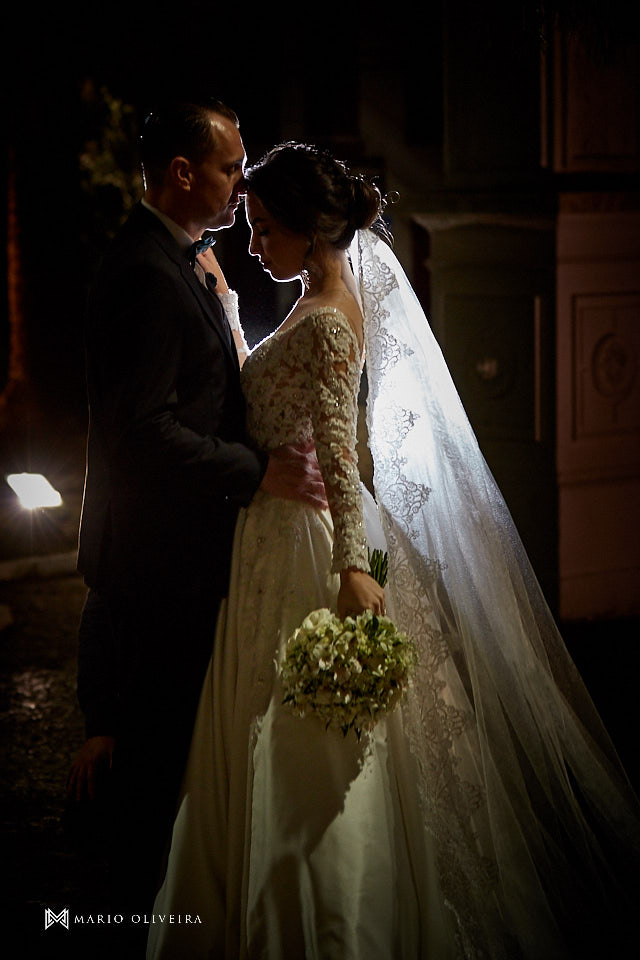 ensaio dos noivos dpois da cerimonia, noivos abraçados e sorrindo
