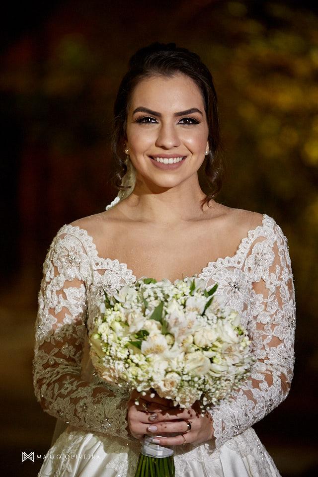 ensaio dos noivos dpois da cerimonia, noivos abraçados e sorrindo, noiva com buque