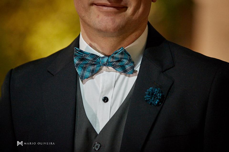 ensaio dos noivos dpois da cerimonia, noivos abraçados e sorrindo, noivo com gravata borboleta