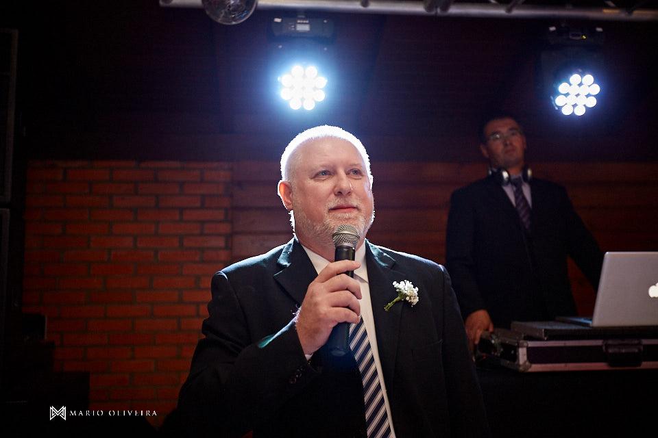recepção no espaço brasil, festa de casamento, convidados rindo, noivos se divertindo, homenagem do irmão do noivo