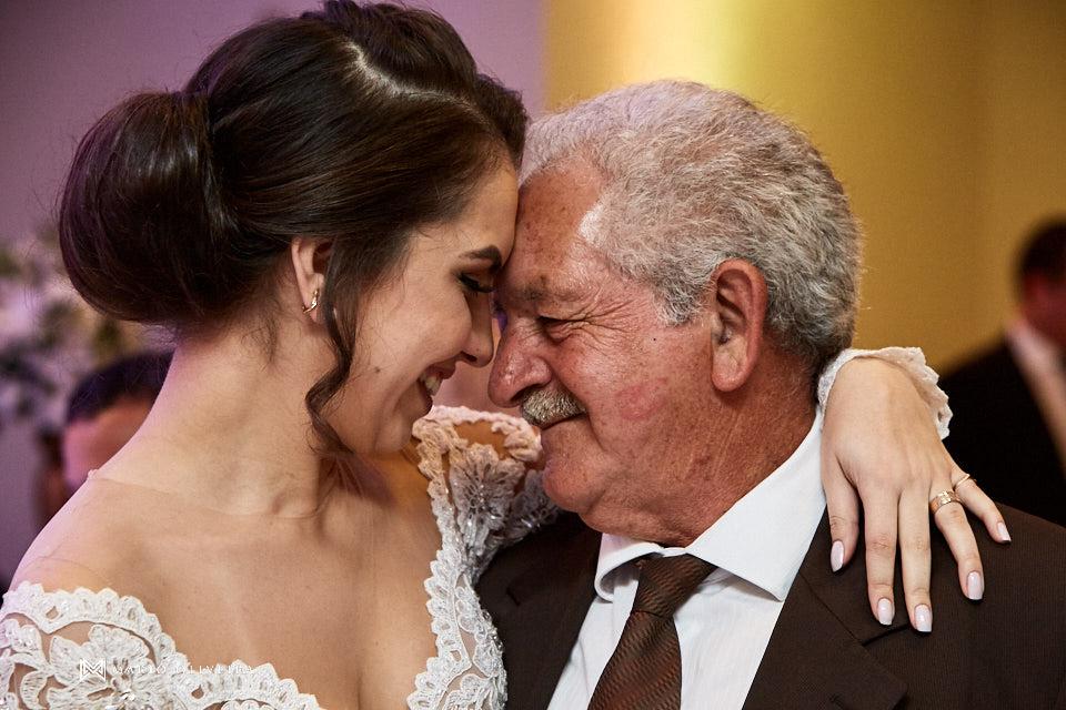 recepção no espaço brasil, festa de casamento, convidados rindo, noivos se divertindo, noiva abraçando o avô