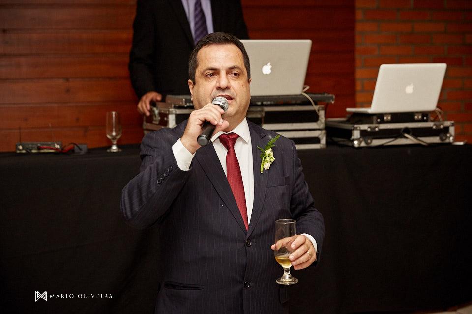 recepção no espaço brasil, festa de casamento, convidados rindo, noivos se divertindo, homenagem do irmão do pai da noiva