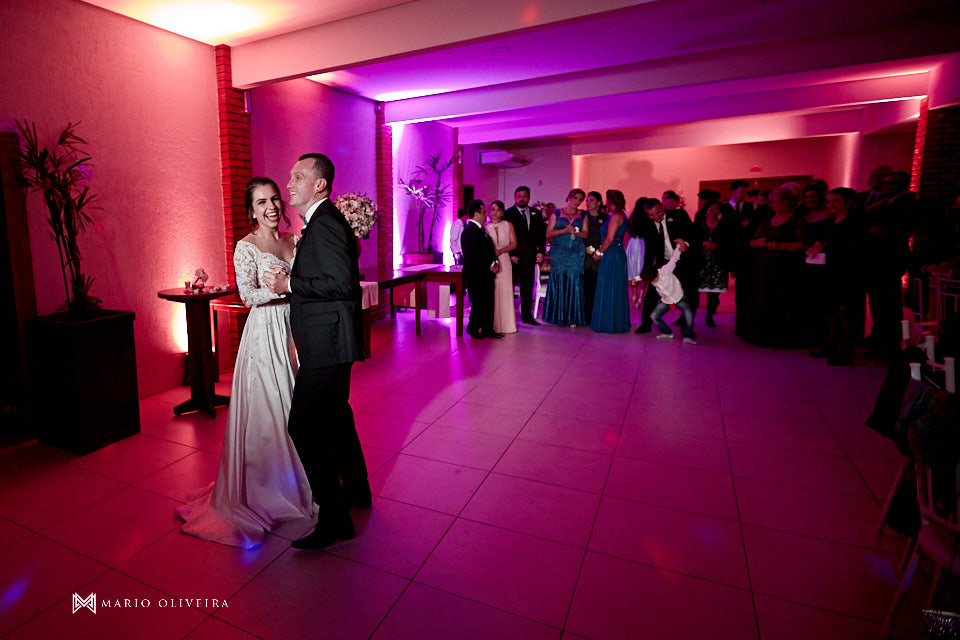 recepção no espaço brasil, festa de casamento, convidados rindo, noivos se divertindo, primeira valsa, casal dançando abraçado