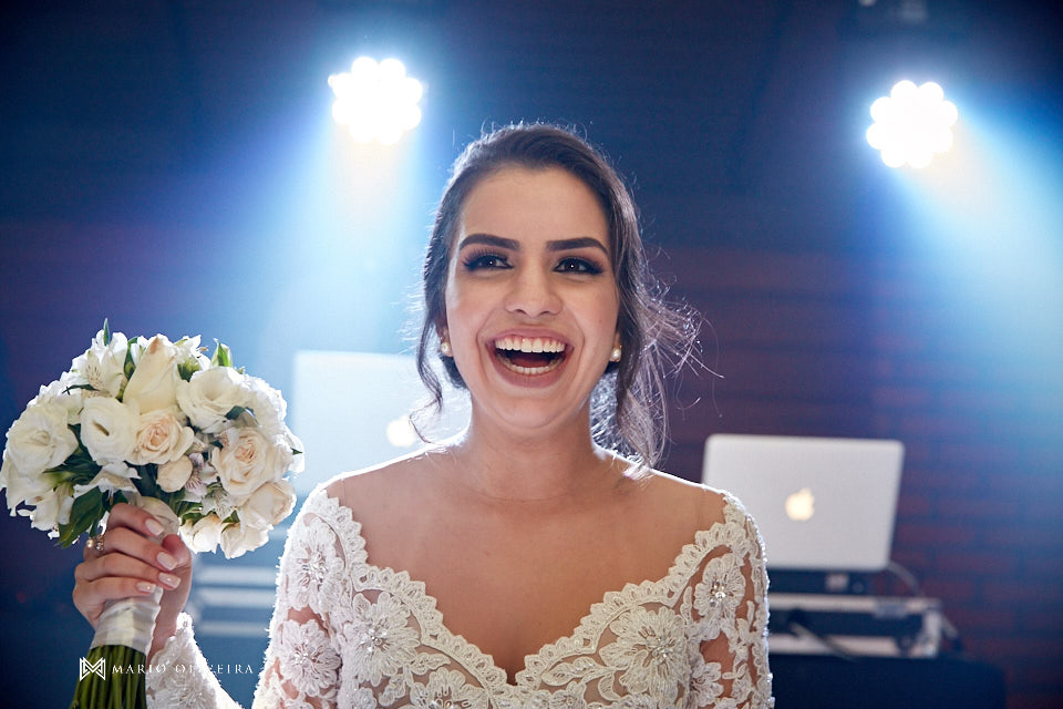recepção no espaço brasil, festa de casamento, convidados rindo, noivos se divertindo, noiva jogando o buque