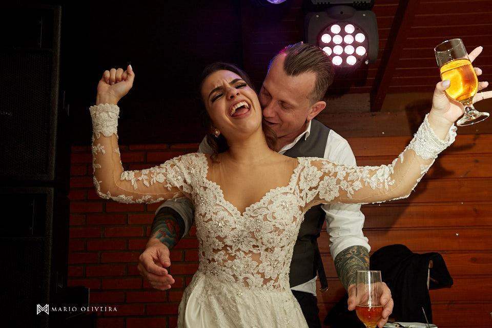 recepção no espaço brasil, festa de casamento, convidados rindo, noivos se divertindo