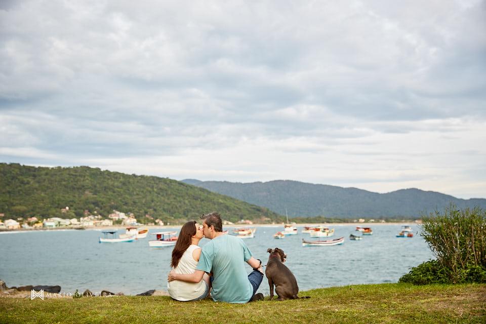 ensaio de casal, fotos no ribeirão da ilha, mario oliveira, fotografo de casamento, melhor fotografo de florianopolis, fotos com cachorro, pitbull, praia da armação, nascer do sol