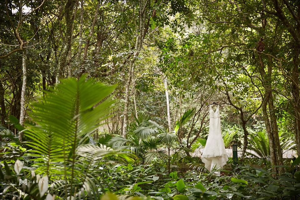 vestido da noiva pendurado entra árvores