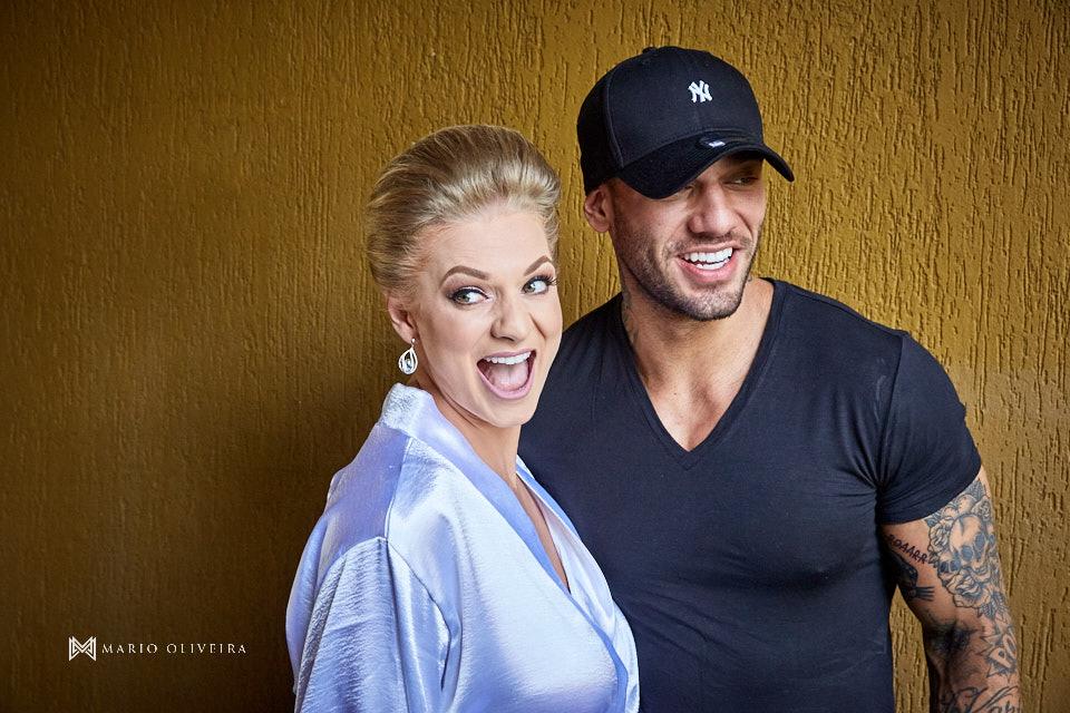 noiva sorrindo de roupão fazendo foto com o cantor lucas lucco