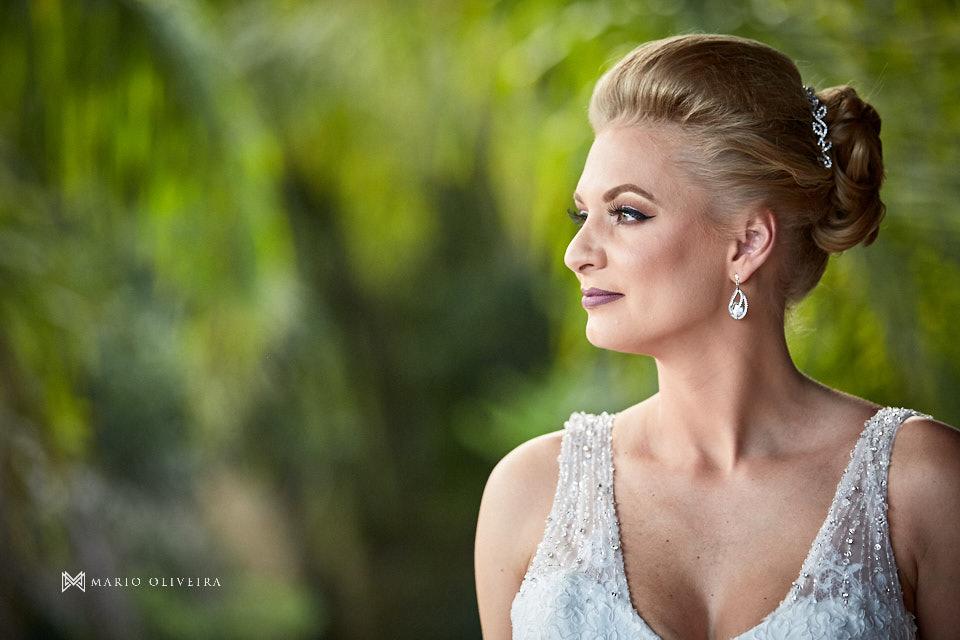 retrato da noiva vestida de perfil com arvores ao fundo
