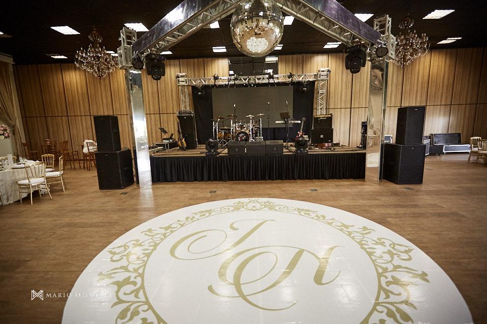 salão da recepção infinity blue resort balneario camboriu com adesivo no chão com o monograma dos noivos