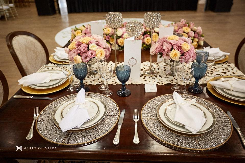 mesa dos noivos com flores taças e pratos