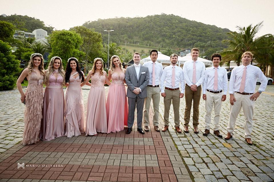 madrinhas e padrinhos lado a lado com o noivo no centro