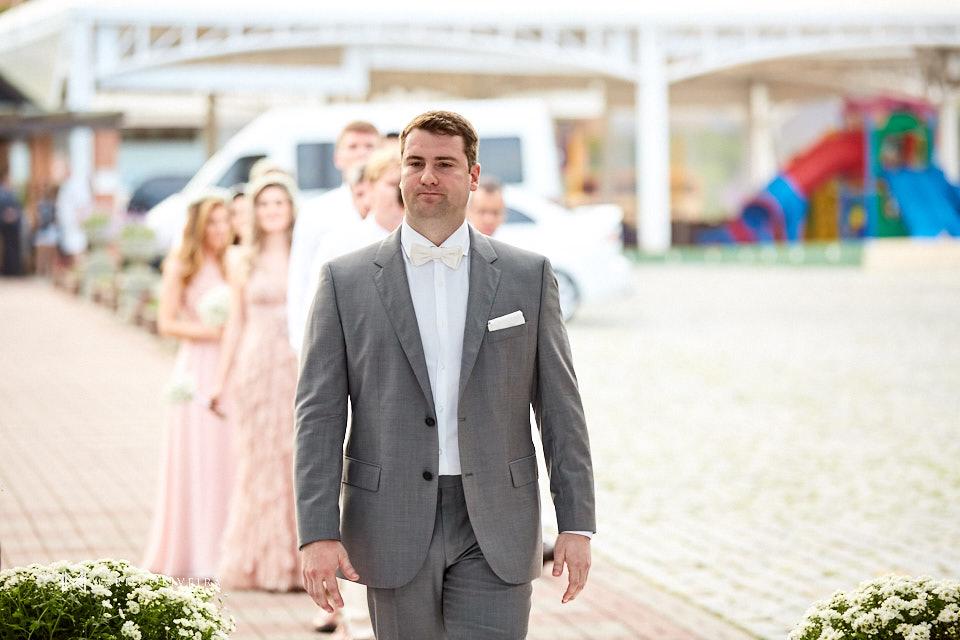 noivo emocionado entrando para a cerimonia de casamento no deck do hotel infinity blue resort em balneario camboriu