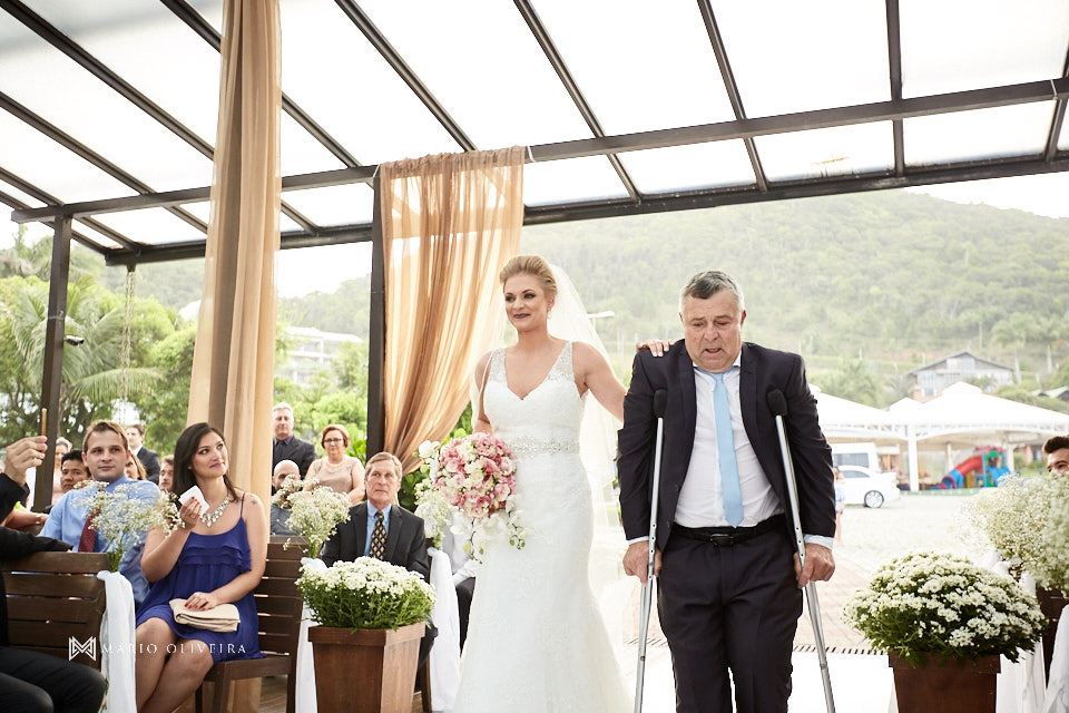 entrada da noiva com o pai, casamento na praia, casamento em balneário camboriu, madrinha, padrinhos, melhor fotografo de forianopolis, casamento de dia, infinito blue