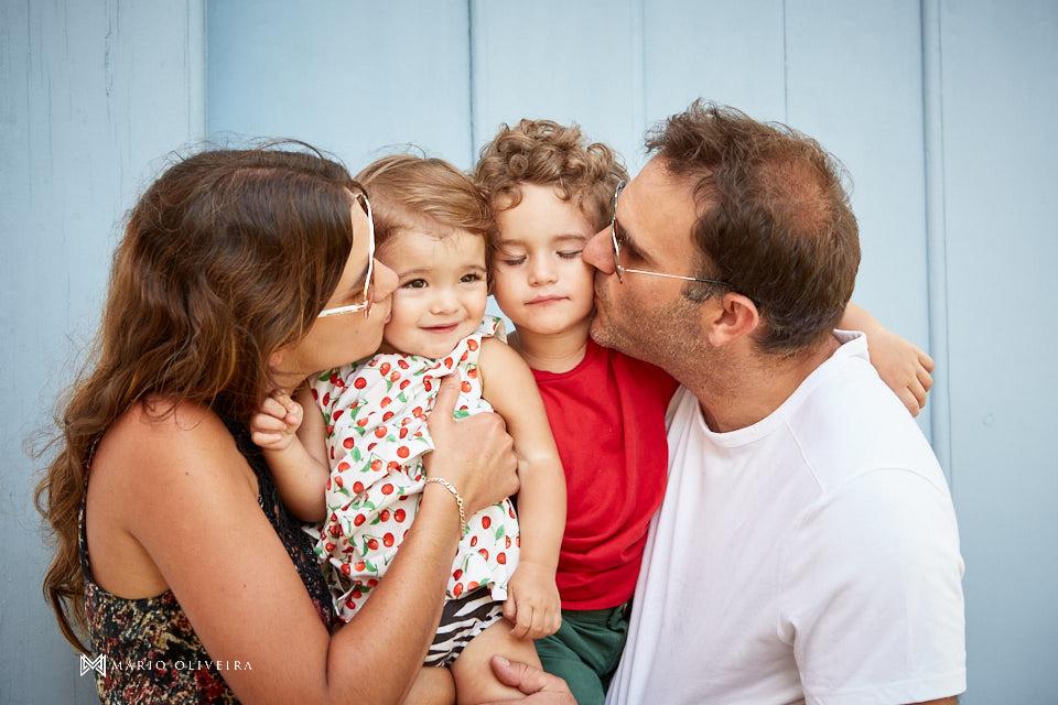 familia reunida se beijando