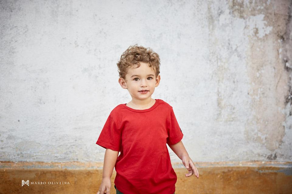 menino de camiseta vermelha em pé, irmão, criança