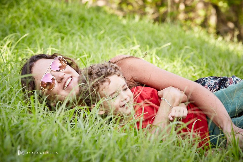 mãe e filho brinando na grama, sorriso,