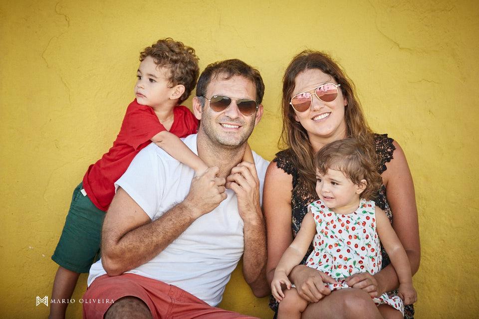 família sentada se divertindo