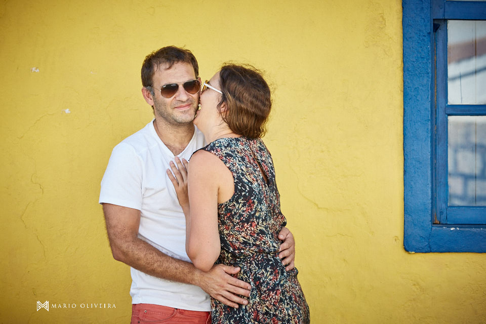 casal se abraçando sorrindo