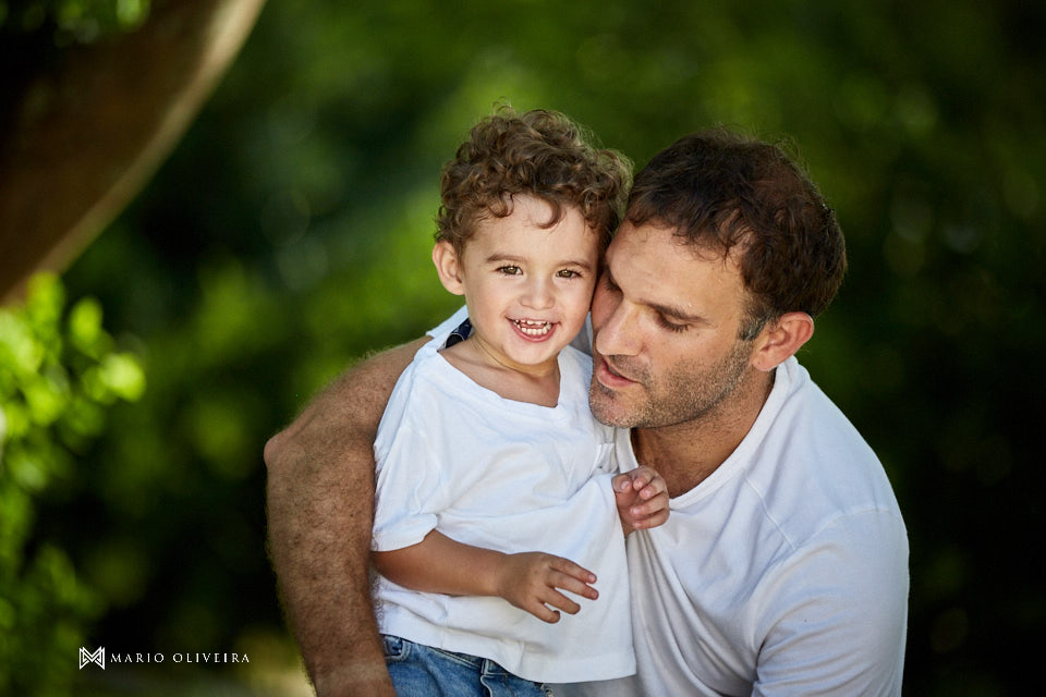 pai e filho juntos, criança sorrindo