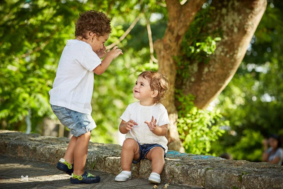 irmãos juntos, crianças brincando