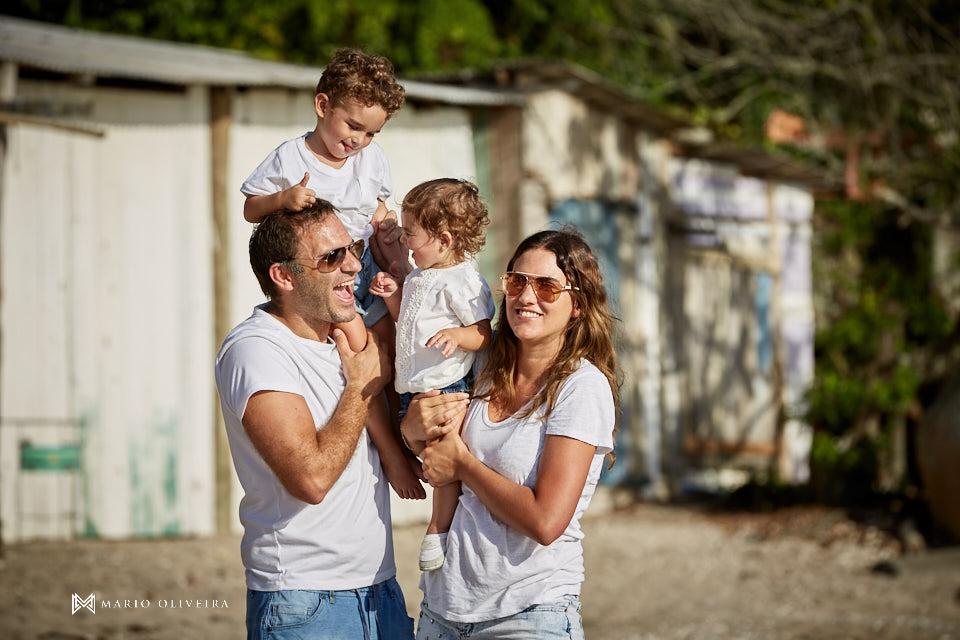 pai e mãe brincando com os filhos na praia, menino, menia