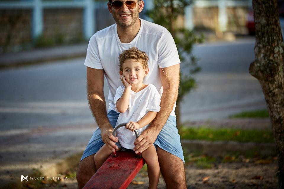 pai brincando com o filho na gangorra