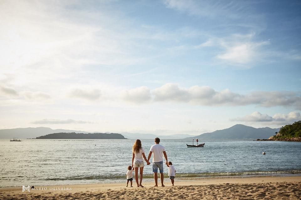 casal de frente para o mar com os filhos, praia