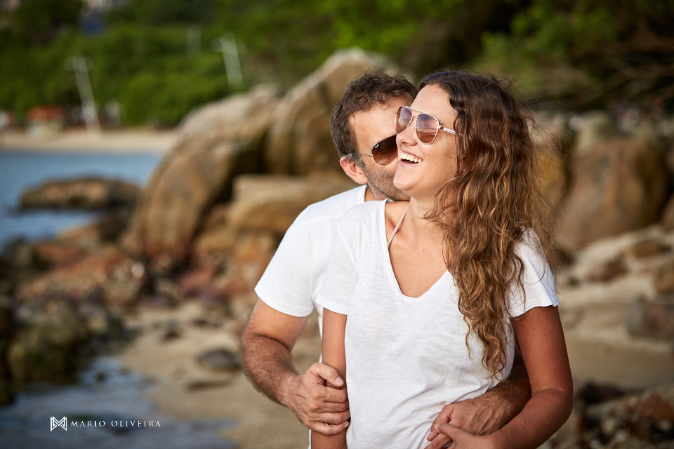casal abraçado na praia sorrindo