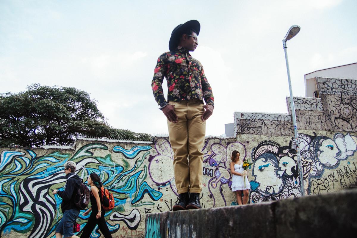 ENSAIO LINDO REALIZADO EM UM BECO GRAFFITADO NA CIDADE DE SAO PAULO SP FEITO PELO ESTUDIO DELFI FOTOGRAFIA DE CASAMENTO CAMPINAS SP INDAIATUBA SP